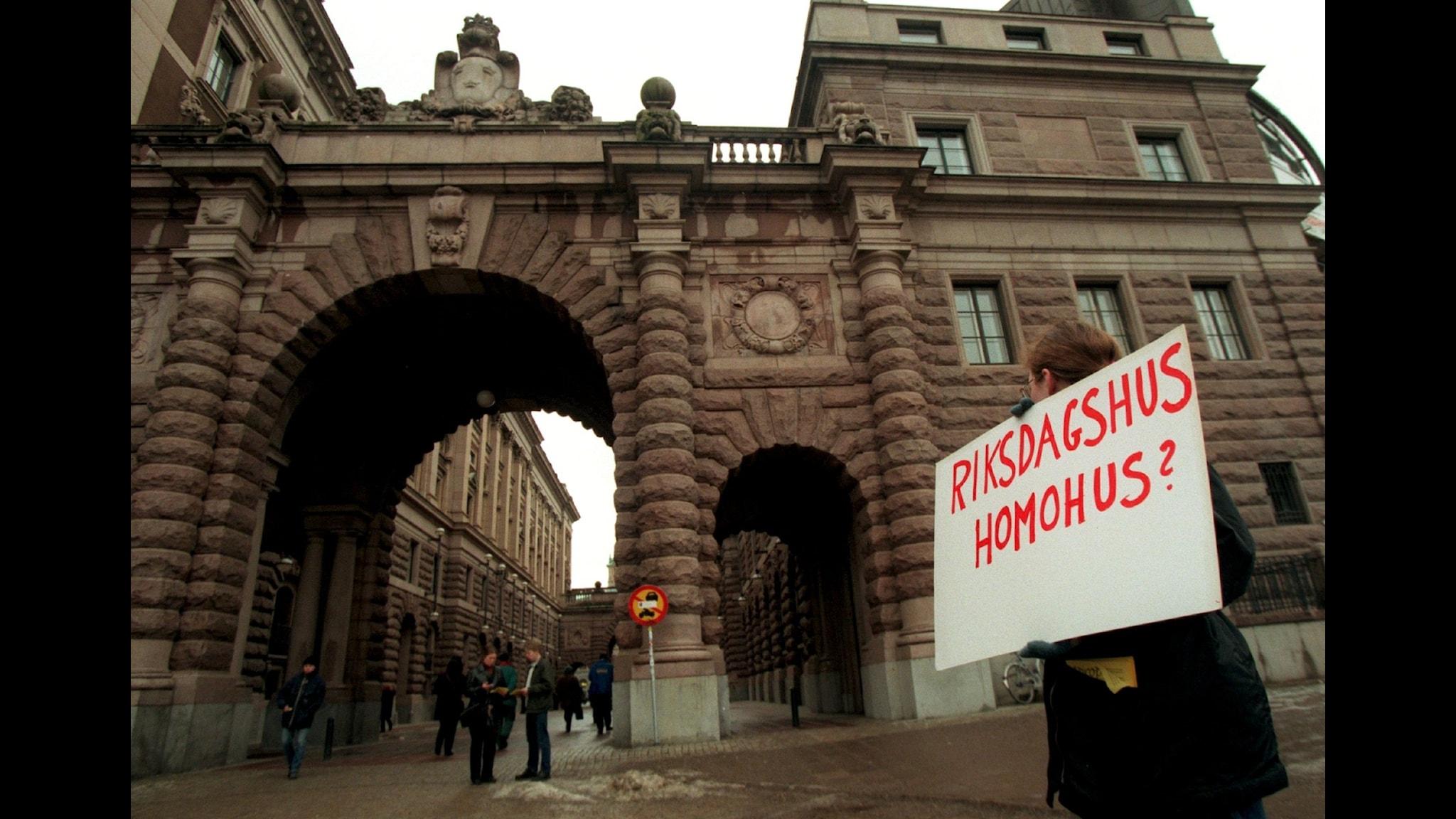 Protest i samband med att Elisabeth Ohlsson Wallins utställning Ecce Homo hade vernissage i Riksdagen 1999. Foto: Frida Hedberg/TT