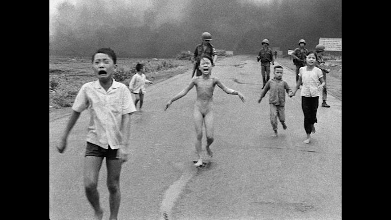 Barnen flyr bomberna i Vietnam 1972. Foto: Nick Ut/AP
