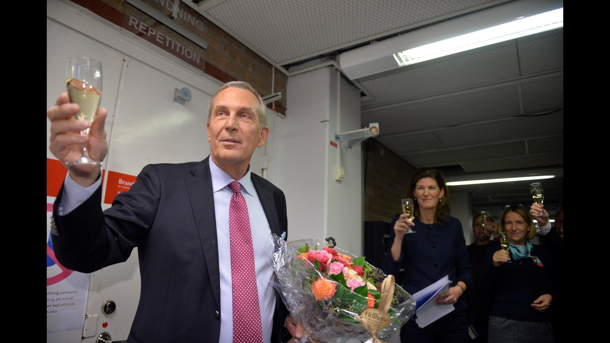 Claes Elfsberg tackas av efter sin sista Aktuellt-sändning i november. Foto: Vilhelm Stokstad/TT
