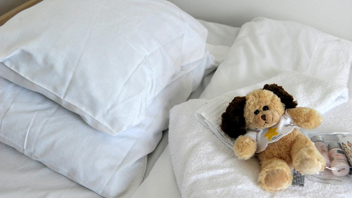 En säng och en nalle på Lilla Erstagården, Sveriges första barnhospice.