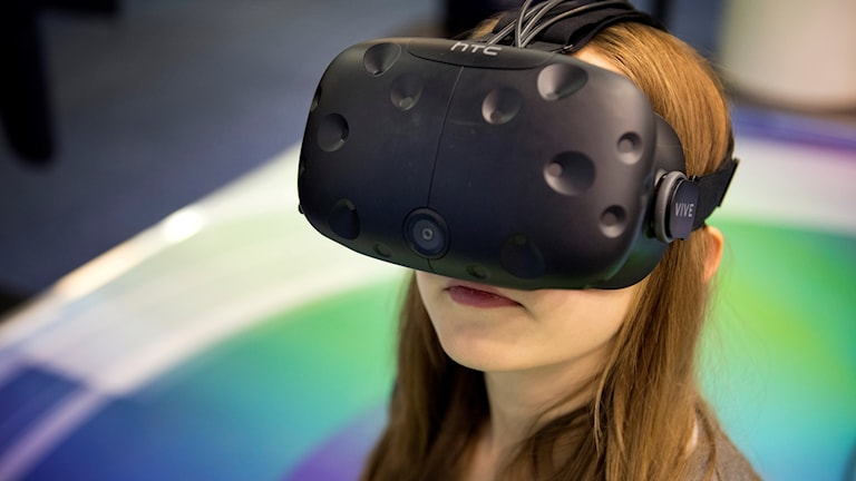 Kvinna med VR-glasögon
