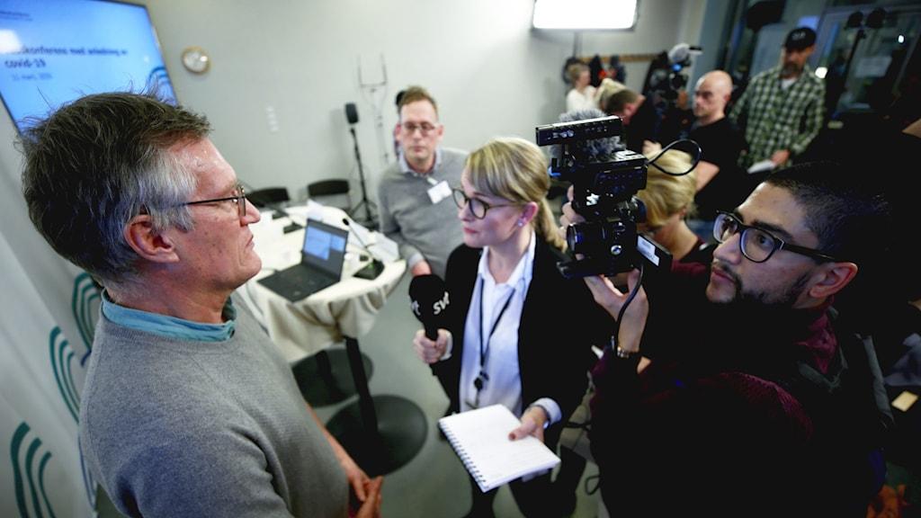 Journalister i intervjukö på Folkhälsomyndighetens presskonferens.