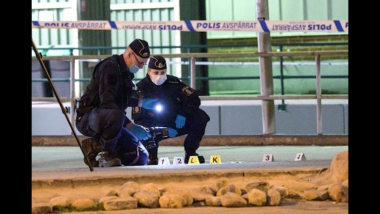 Polisen jobbar på plats för skjutning.