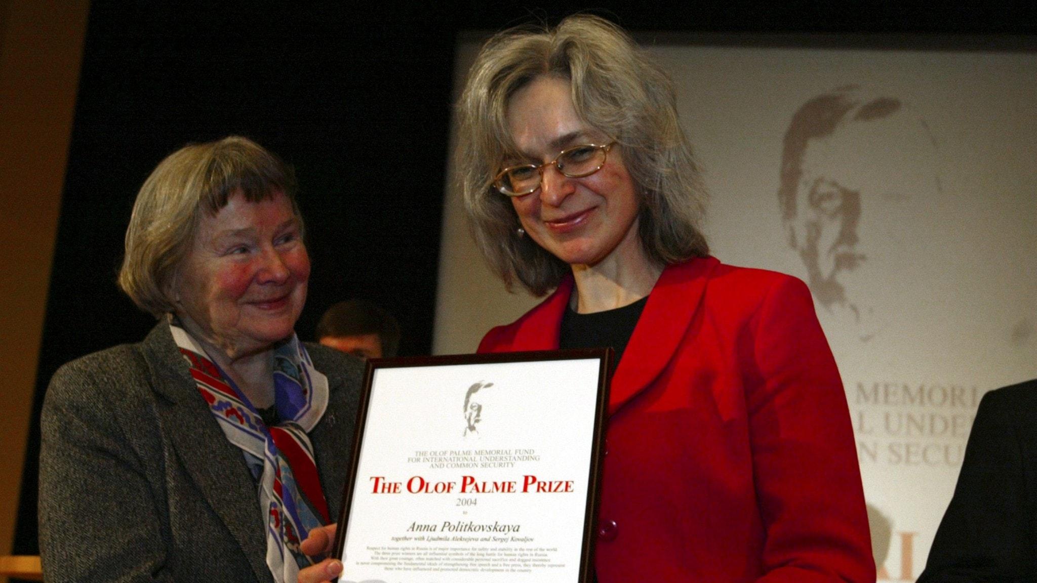 Den mördade ryska journalisten Anna Politkovskaja tar emot Palmepriset.