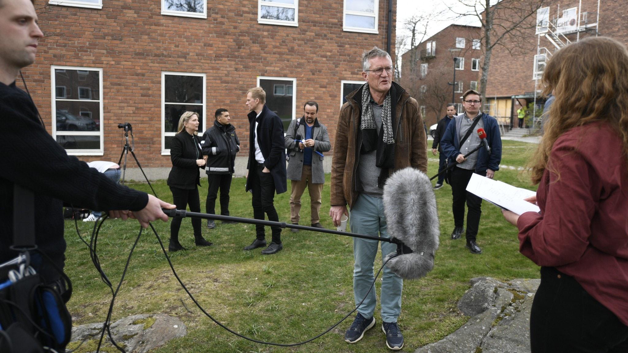 Anders Tegnell intervjuas vid en pressträff i april.