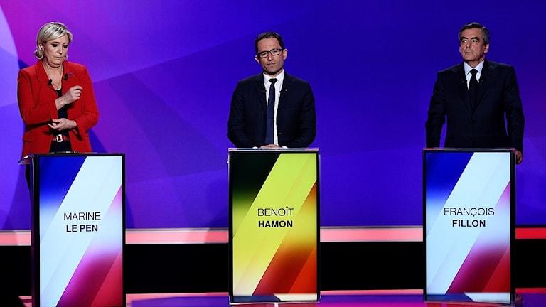 Bild på tre franska politiker som frågas ut av journalister under valkampanjen.