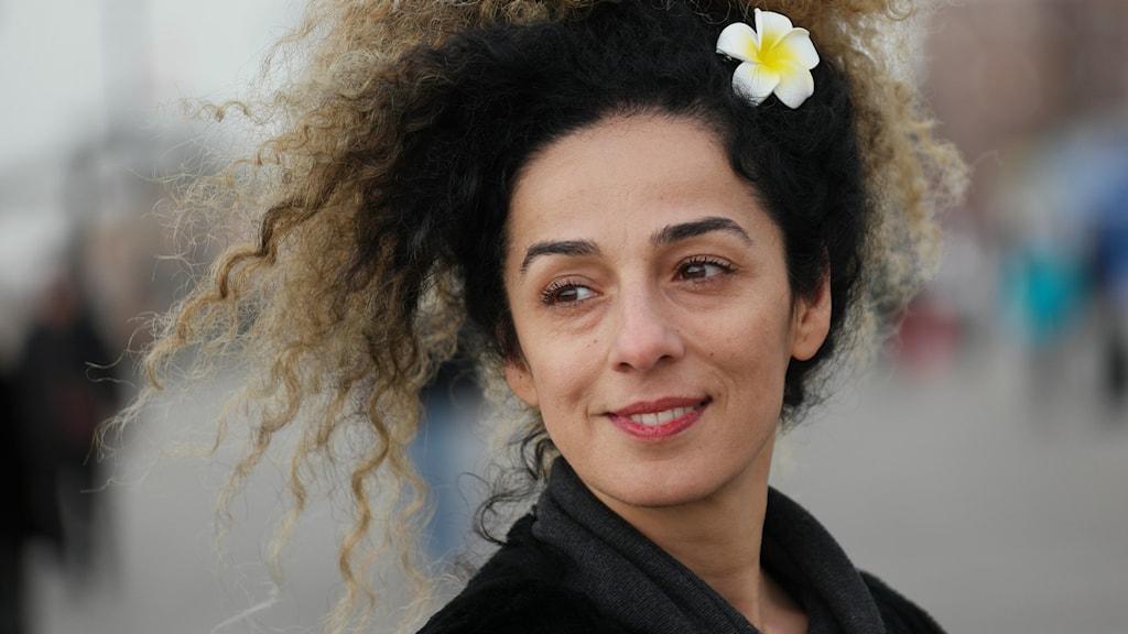 Kvinna med blomma i håret.