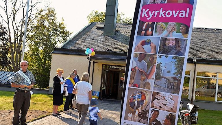 Val i Svenska kyrkan. Röstare anländer till vallokal.