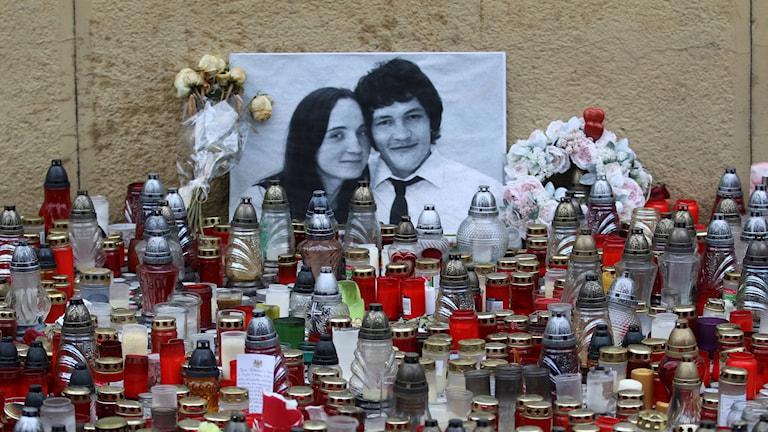 Tända ljus och bild på Jan Kuciak och hans fästmö.