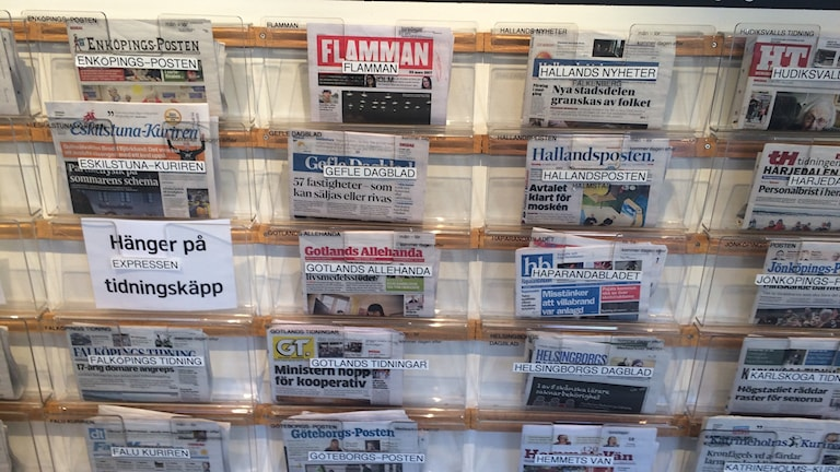 Tidningshylla på bibliotek