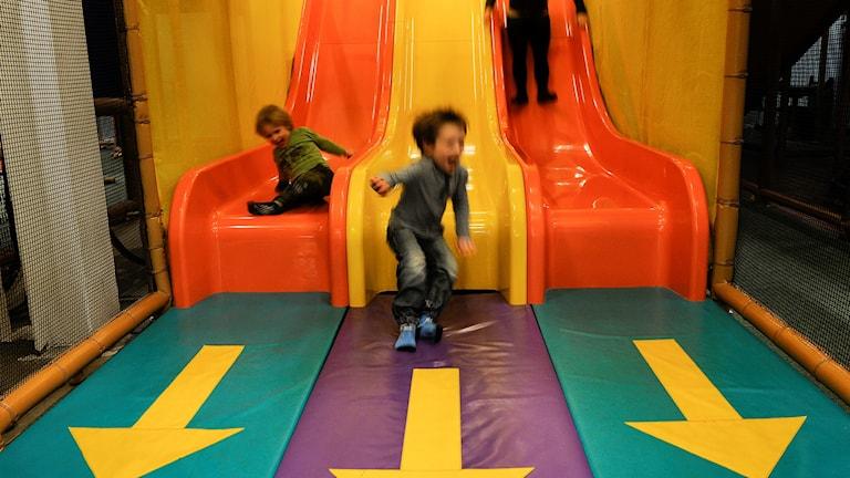 Barn som leker på lekland