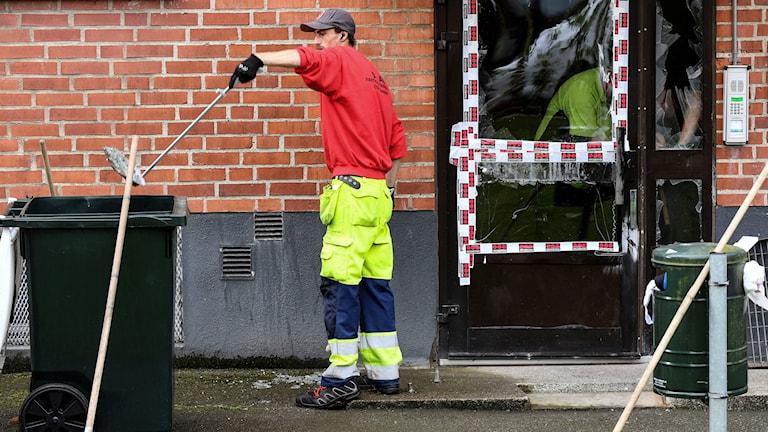 Städning efter en explosion i en port i Malmö.