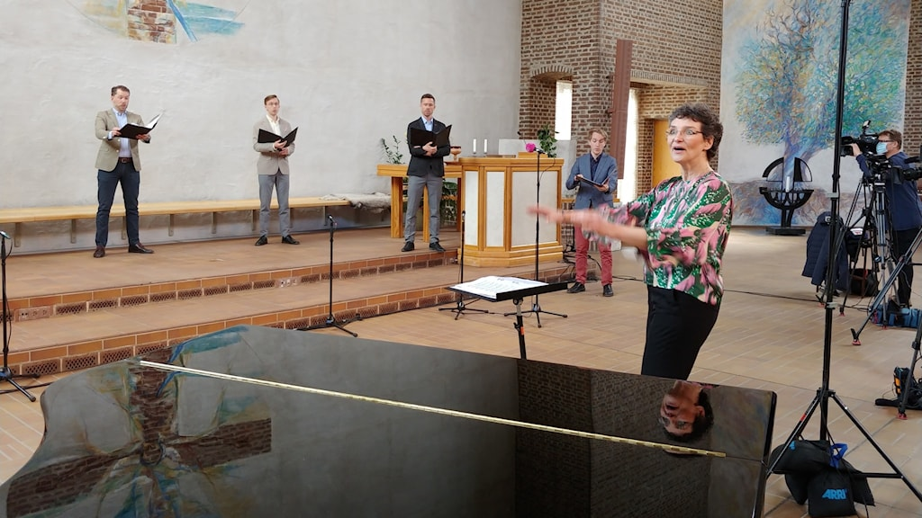Cecilia Rydinger dirigerar kören Orphei Drängar i Missionskyrkan i Uppsala.
