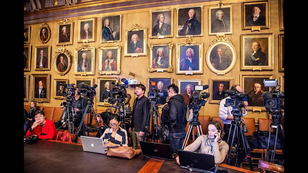 Presskår väntar på tillkännagivande av Nobelpris.