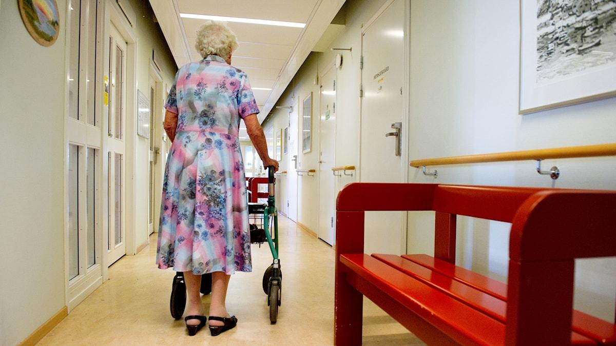 Damen på äldreboende