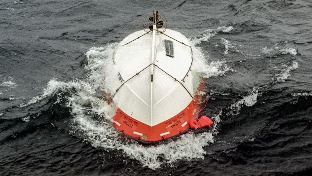 En livbåt flyter uppochnervänd i den gropiga sjön i samband med räddningsaktionen med att bärga passagerare från den sjunkna passagerarfärjan M/S Estonia ute i Östersjön 28:e september 1994.