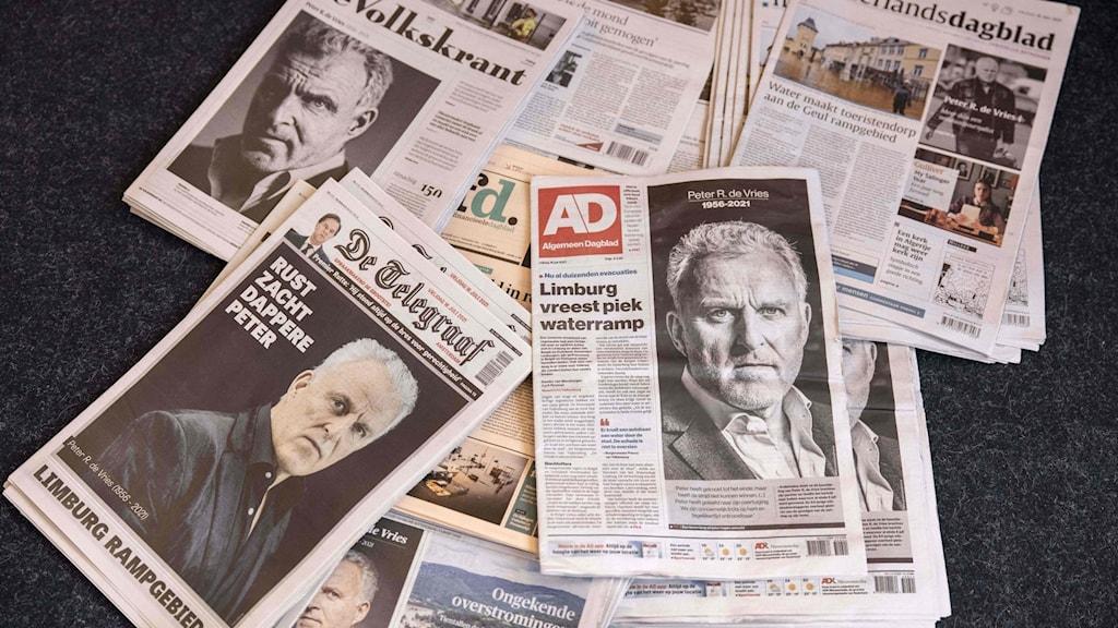 Tidningar med bild på Peter R de Vries.