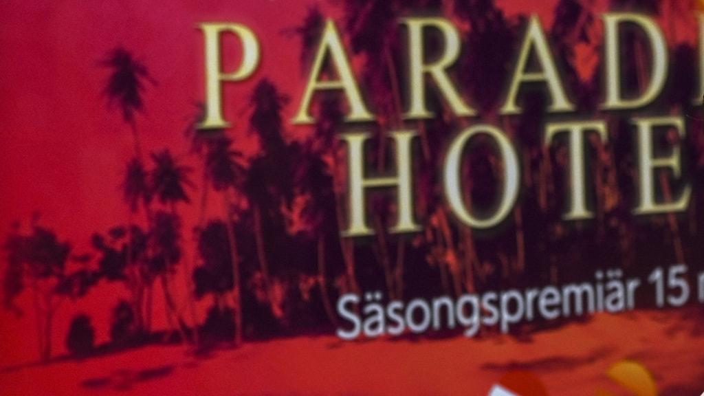 En bild på en tv-skärm där det görs reklam för Paradise Hotel