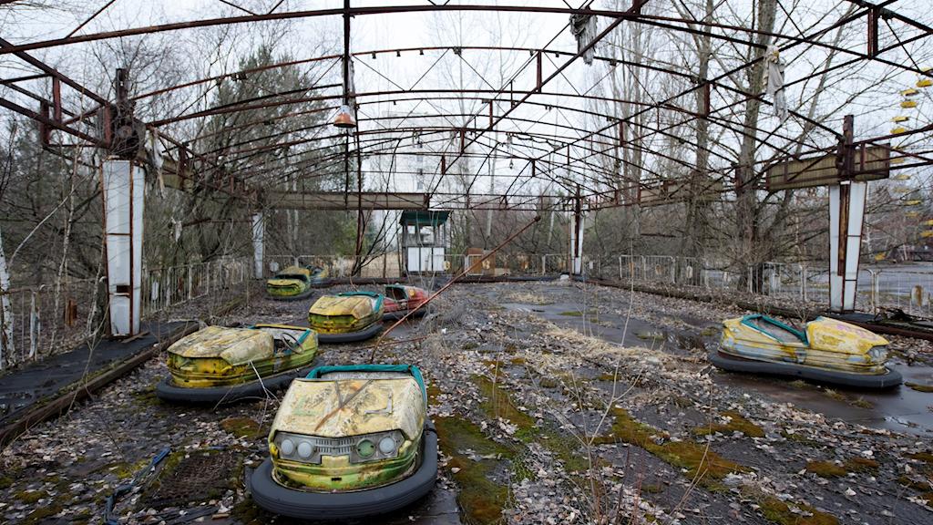Radiobilar på de öde nöjesfältet i spökstaden Pripjat.