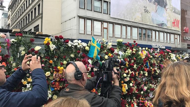 Medier från hela världen samlades vid Sergels torg för att skildra attacken på Drottninggatan i Stockholm.