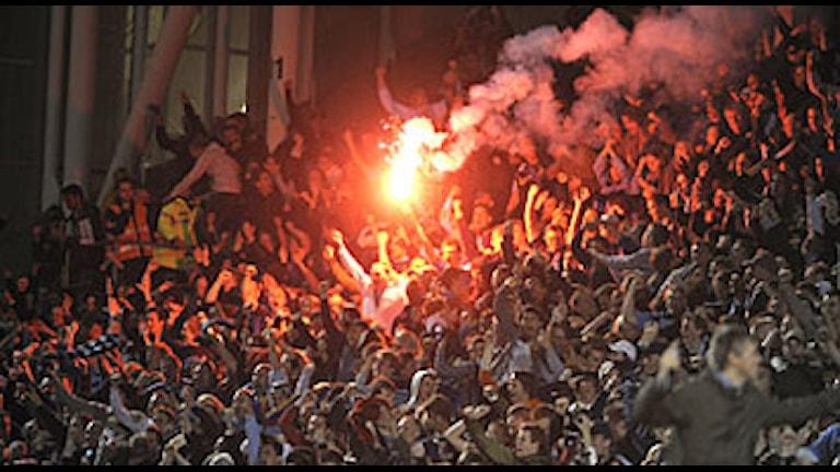 Supporters tänder bengalisk eld. Foto: Fredrik Sandberg/Scanpix