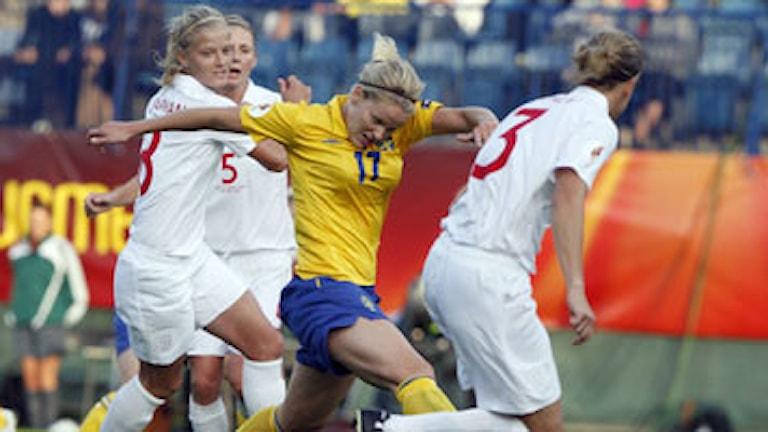 Lisa Dahlkvist i kamp om bollen med engelskor i gruppfinalen av fotbolls-EM i Finland 2009. Foto: Matthias Schrader AP/Scanpix