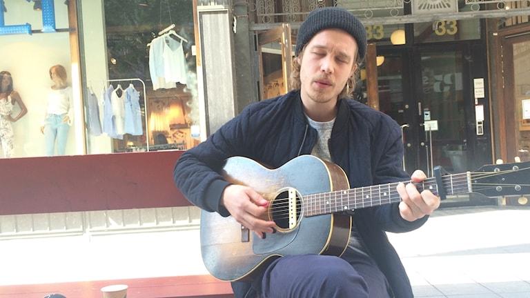 Andreas Moe släpper sin nya låt på Drottninggatan.