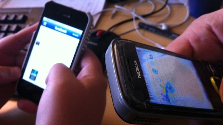 Två svarta mobiltelefoner. Foto: Anna Alexandersson/Sveriges Radio.