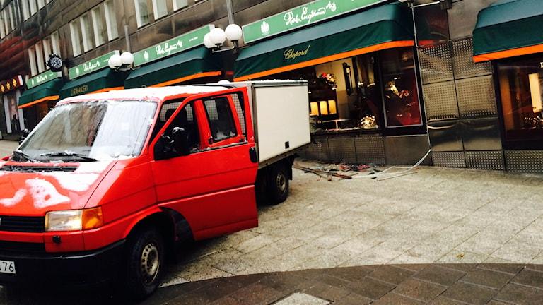 Lastbilen användes för att bryta in sig i klockbutiken. Foto: Sveriges Radio