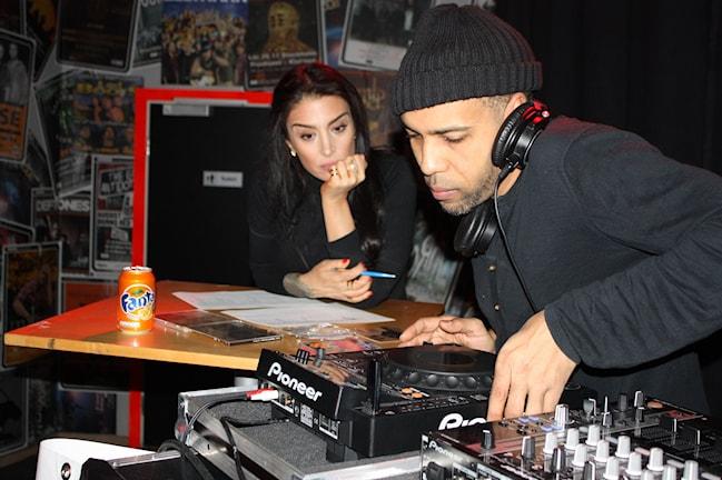 Ametist & DJ Moe fixar låtarna till programmet. Foto: Sofia Staaf/Sveriges Radio