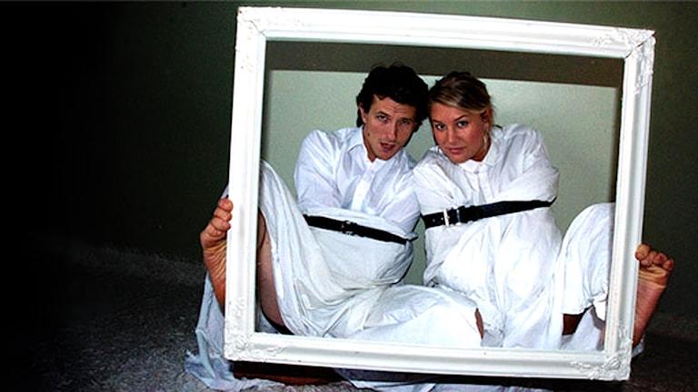 Viktor Åkerblom och Jessica Ekman gör podcasten Sjuk i huvudet. Foto: Pressbild