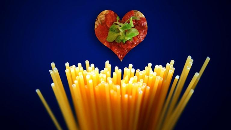 Pastastrån och hjärtformad tomatsås mot blå bakgrund.