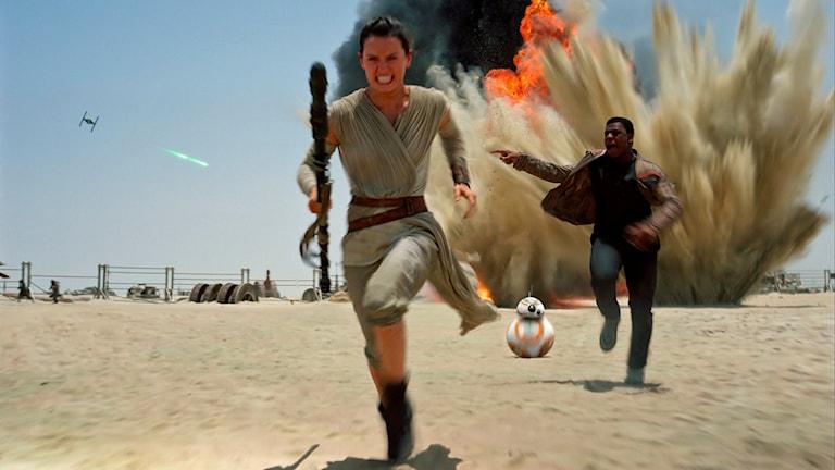 Daisey Ridley som Rey i en scen från den nya Star Wars-filmen The Force Awakens. Foto: Film Frame/Disney/Copyright Lucasfilm 2015 via AP/TT.