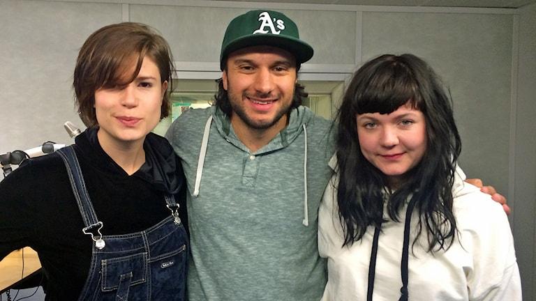 Cissi Efraimsson och Lisa Pyk i Vulkano släpper sitt andra album, Iridescence. Här med programledare Farzad Nouri i P5 STHLM. Foto: Sveriges Radio.