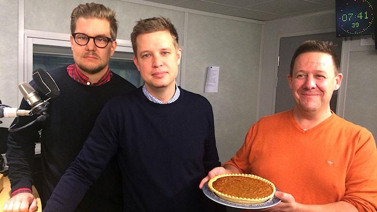 Gareth Taylor, Kristian Morén och Daniel Taube bjuder på Harry Potters favorit, kolapaj. Foto: Farzad Nouri/Sveriges Radio