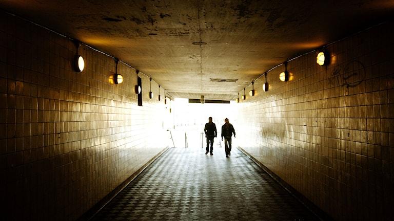 Två unga tjejer blev misshandlade av högerextrema män när de stod upp för tiggare. Foto: Tor Johnsson/TT