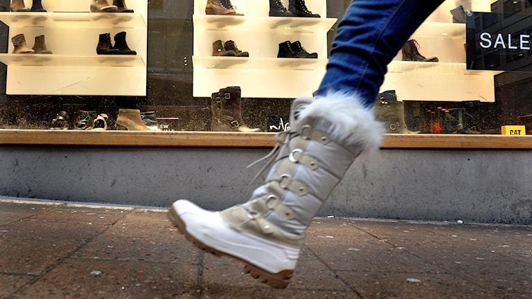 Fotgängare promenerar förbi skoaffär. Foto: Tomas Oneborg /TT.