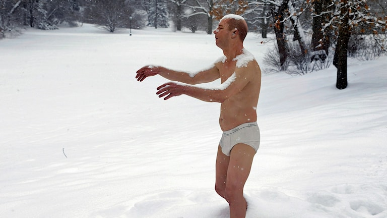 A statue of a man sleepwalking in his underpants. The sculpture entitled 'Sleepwalker' is part of an exhibit by sculptor Tony Matelli at the college's Davis Museum. Foto: AP Photo/Steven Senne/TT.