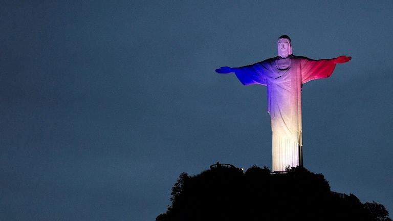 Statyn Cristo Redentor i Rio de Janeiro, Brasilien lyser upp. Foto: Leo Correa/TT