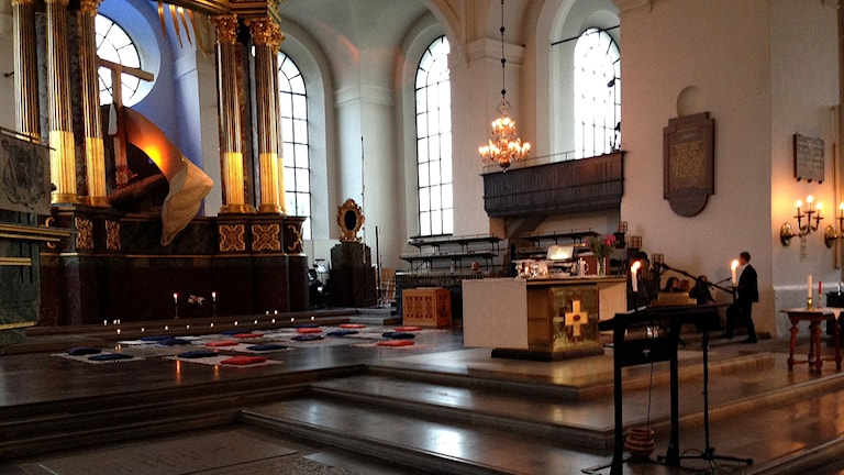 Kuddar och mattor i de franska färgerna på kyrkans golv. Foto: Nadya Norton/Sveriges Radio