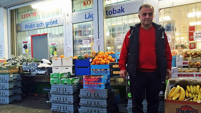 Salam Kurdi orolig för sin butik i Husby. Foto: Sveriges Radio.