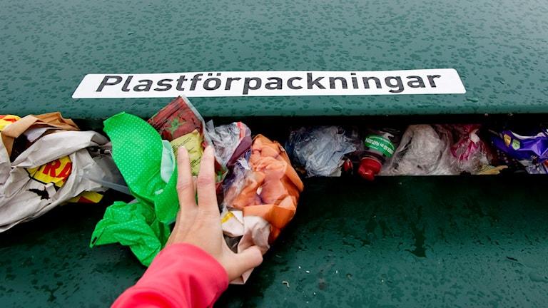 Källsortering. Återvinning av plast på en återvinningsstation. Foto: Pontus Lundahl /TT.