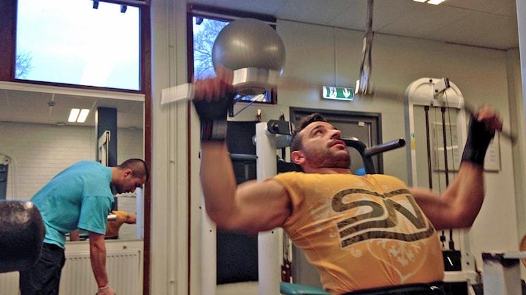 Jojje gymmar i Fittja. Foto: Sveriges Radio.
