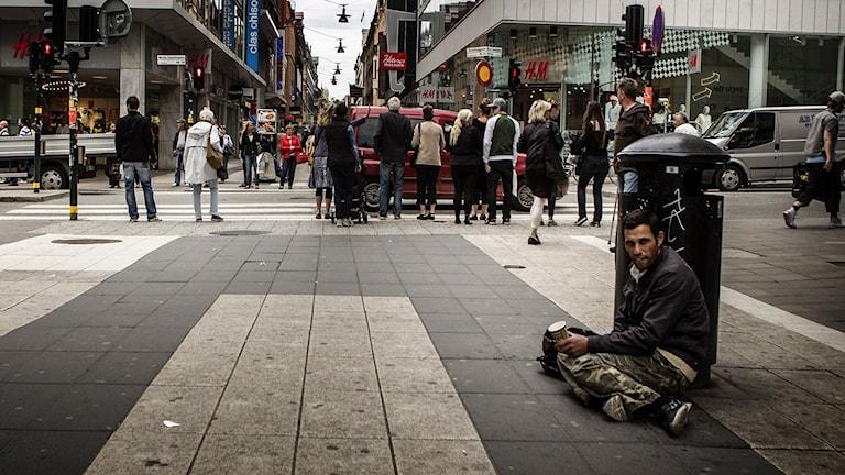 EU-migrant som ber om pengar på Drottninggatan i Stockholm. Foto: Tor Johnsson/TT