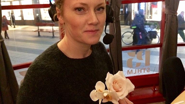 Sockerblommor. Thora L Norgård med bröllopsblommor. Foto: Maud Johansson/Sveriges Radio