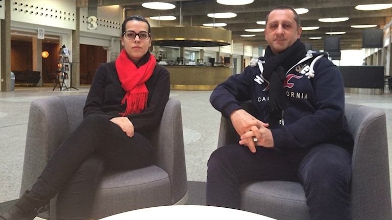 Nadia Ahmed och Samir Sabri diskuterar kring det dödliga våldet i Stockholm. Foto: Rouzbeh Djalaie.
