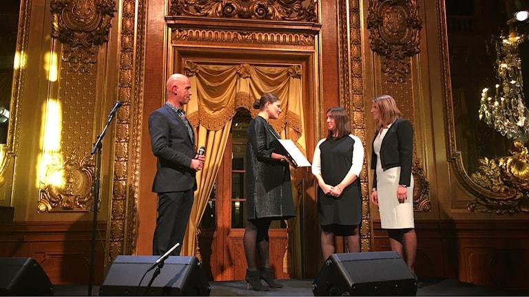 Adina Krantz och Nadine Gerson tar emot stipendiet från Kronprinsessan Victoria.