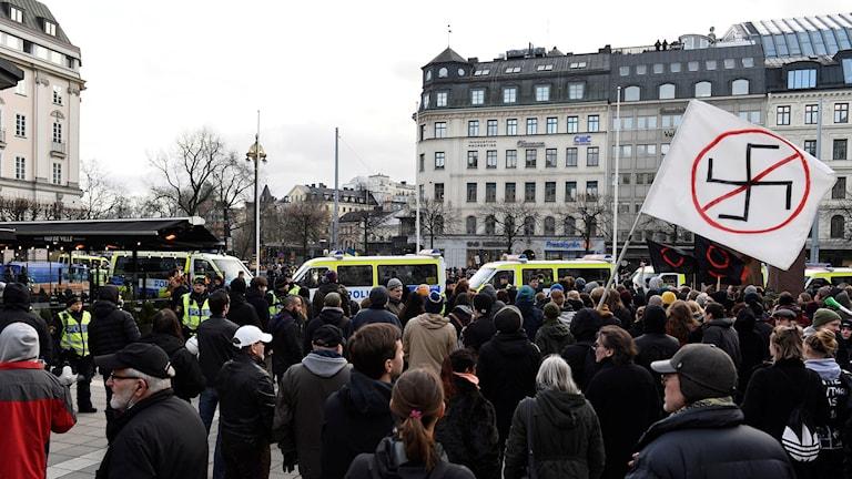 """På lördagen samlades ett antal motdemonstranter för att visa sitt ogillande mot rörelsen som kallar sig """"Folkets demonstration"""". Foto: Marcus Ericsson / TT"""