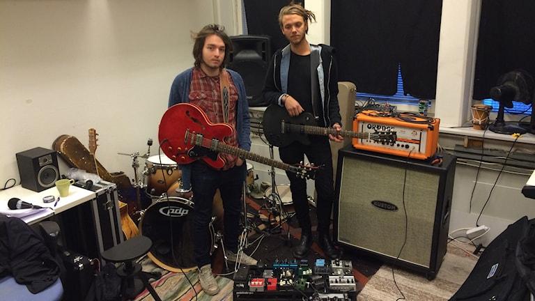 Herman och Andre i sin replokal. Foto: Tom Hansen/Sveriges Radio.
