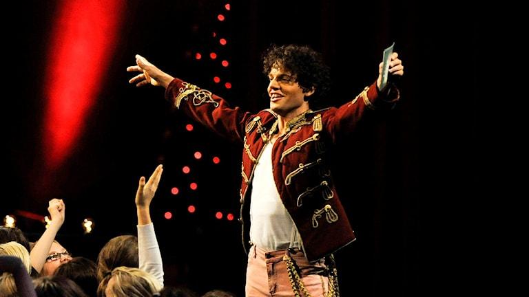 Nassim Al Fakir står på scen under Lilla Melodifestivalen.